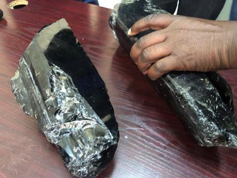 Un minero tanzano se ha convertido en millonario de la noche a la mañana después de encontrar dos piedras preciosas de tanzanita.