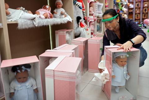 Una trabajadora de una tienda de juguetes desinfecta los productos en medio de la pandemia del coronavirus