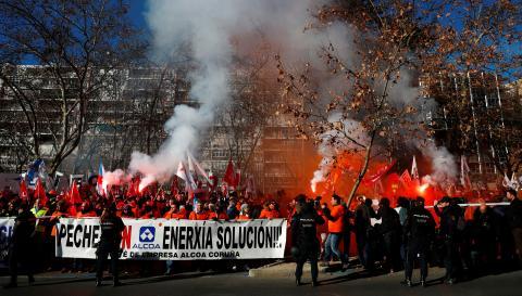 Trabajadores de la fábrica de Alcoa en San Cibrao (Lugo) protestan ante el Ministerio de Industria por el cierre de la planta