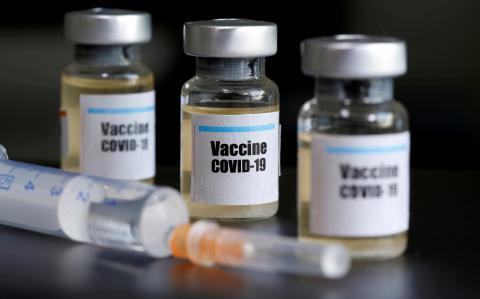 Unas muestras etiquetadas en los laboratorios de AstraZeneca etiquetadas como 'vacuna COVID-19'
