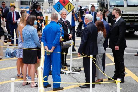 El vicepresidente Mike Pence se unió a Elon Musk, junto con los astronautas y sus familias, en el Centro Espacial Kennedy antes del lanzamiento.