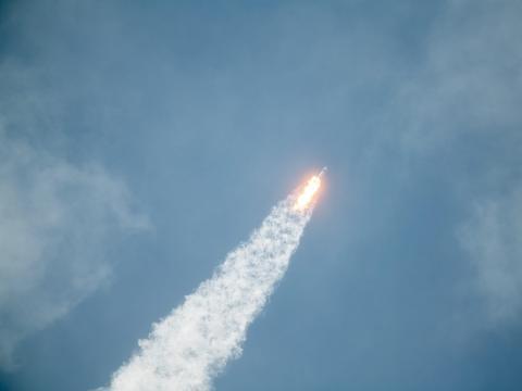El cohete Falcon 9 de SpaceX que lleva la nave espacial Crew Dragon se lanza el 30 de mayo de 2020