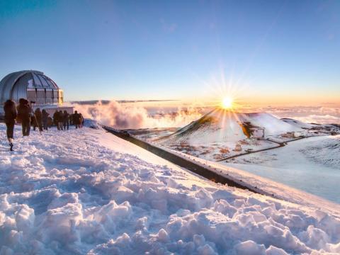 Mauna Kea recibe la luz del sol de la mañana en su pico.