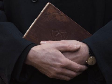 Noah sosteniendo el importante cuaderno.