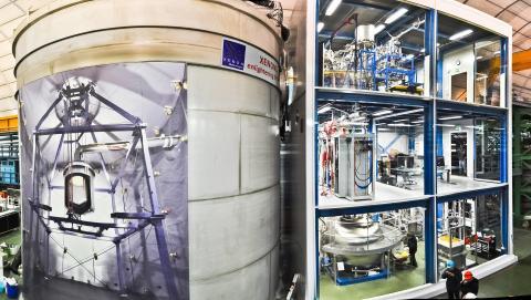 El experimento XENON bajo tierra. Izquierda: el tanque de agua con un póster que muestra lo que hay dentro. Derecha: el edificio de servicio de tres pisos.