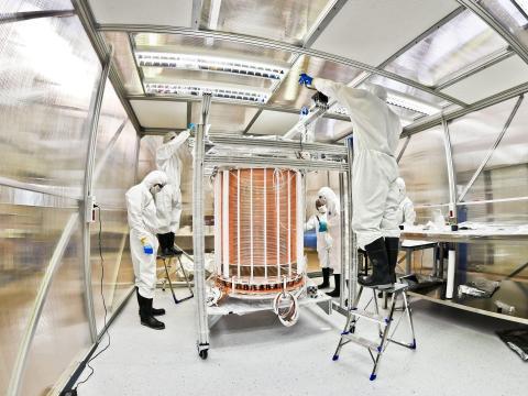 La cámara de proyección de tiempo XENON1T después del montaje.