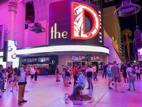 Los turistas regresan a la Fremont Street Experience en Las Vegas el 4 de junio de 2020.