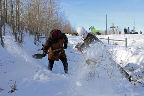 2 personas en la nieve
