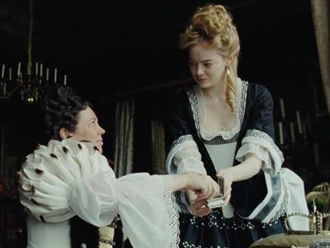 """Olivia Colman y Emma Stone coprotagonizan """"La favorita""""."""
