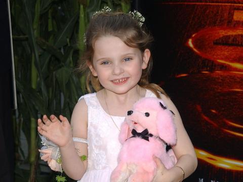 Abigail Breslin con un animal de peluche a la alfombra roja en 2002.