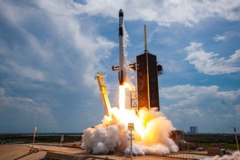 """Y por si acaso, SpaceX tiene el objetivo de colonizar Marte para hacer de la humanidad una raza """"multiplanetaria""""."""