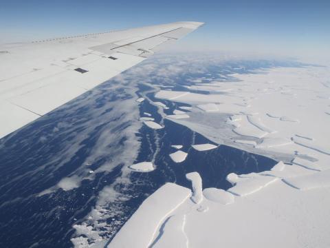 Una vista aérea de una plataforma de hielo en la Antártida occidental que desprende icebergs.