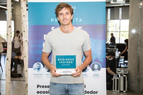 Antonio Espinosa, CEO de Auara, recibe el reconocimiento por haber sido una de las 2 startups ganadoras de Insider Pitch de Business Insider España.