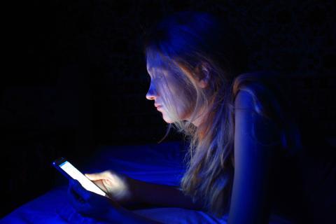 Apaga los dispositivos electrónicos en la noche.