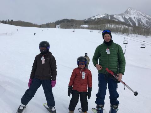 El autor esquiando con sus hijos Willow y Caleb a principios de 2018.