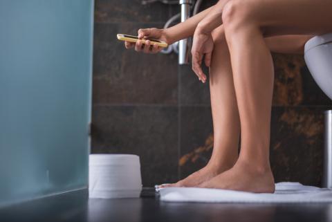 En el baño con el móvil.