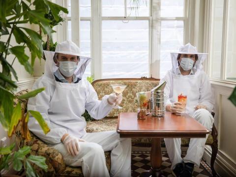 El bar de temática botánica planea usar los trajes de apicultor como EPIS.