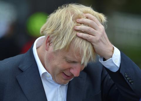 Boris Johnson llevándose las manos a la cabeza.
