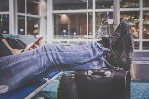 Cargando el móvil en el aeropuerto.