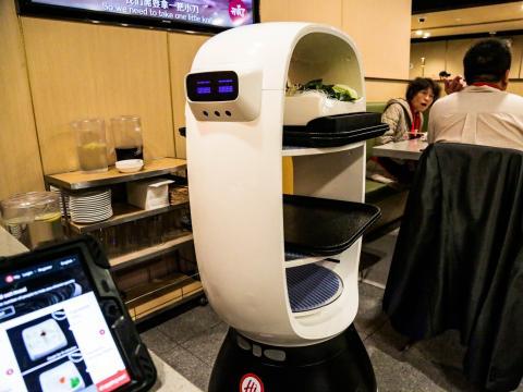 La cadena de restaurantes de ollas calientes china Haidilao emplea robots camareros no humanoides que hacen expresiones faciales y hablan con los clientes.