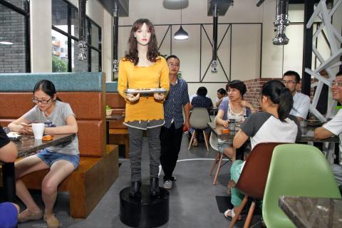 Este robot camarero chino hecho por la Kewang Trade Corporation se sumerge en un territorio del valle con su apariencia humana. También puede cargar más de 35 kilogramos.