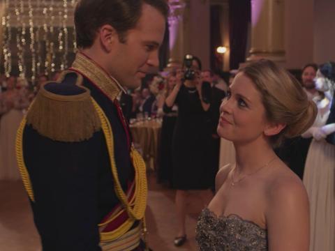 Ben Lamb y Rose McIver en 'Un príncipe de Navidad'