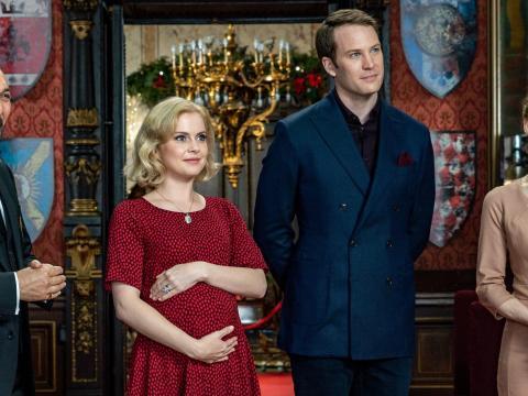 Rose McIver y Ben Lamb en 'Un príncipe de Navidadː Bebé real'