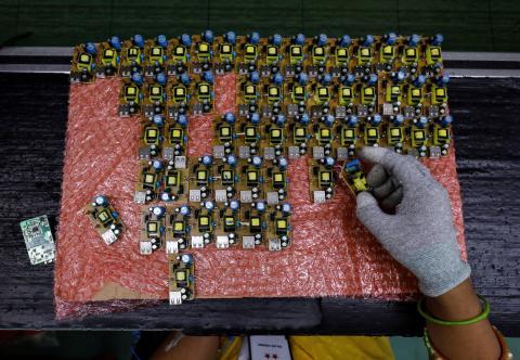 Circuitos de baterías móviles en una fábrica en India.