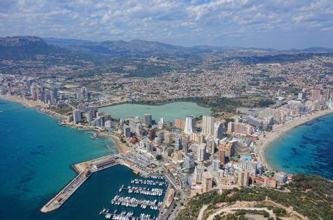 La ciudad de Calp (Alicante), vista desde el Peñón de Ifach