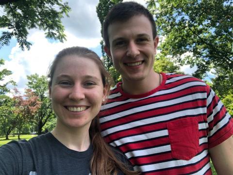 Clare Hegarty (izquierda) se reunió con su novio (derecha) después de dar negativo para el coronavirus en junio.