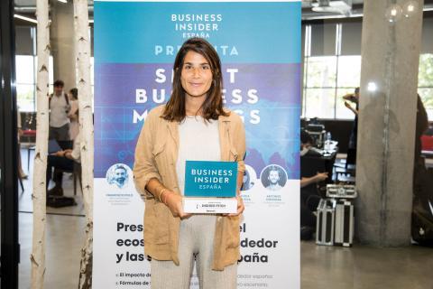 Claudia de la Riva, consejera delegada de Nannyfy, recibe el reconocimiento por haber sido una de las 2 startups ganadoras de Insider Pitch de Business Insider España.
