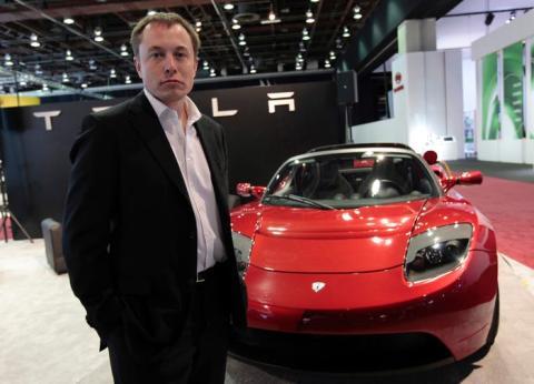 El CEO de Tesla, Elon Musk, al lado de un Tesla Roadster original.