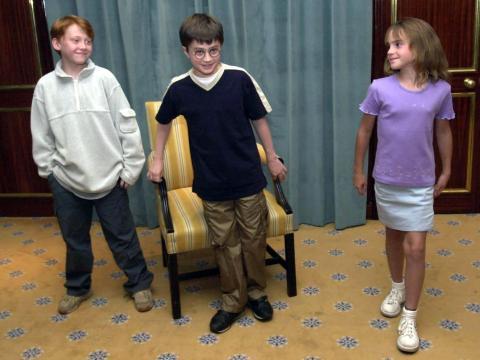 Daniel Radcliffe (centro), Rupert Grint (izquierda) y Emma Watson cuando fueron elegidos como Harry, Ron y Hermione.