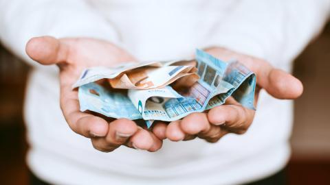 Dinero en mano