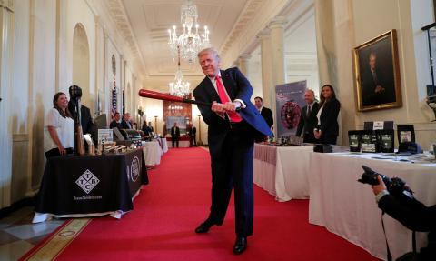Donald Trump juega con un bate de béisbol durante un evento en la Casa Blanca