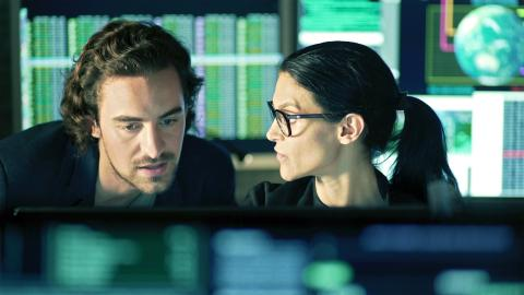 Dos profesionales de la ciberseguridad.