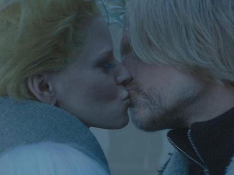 Los personajes de 'Los juegos del hambre' de Elizabeth Banks y Woody Harrelson compartieron un beso en la última película de la saga.