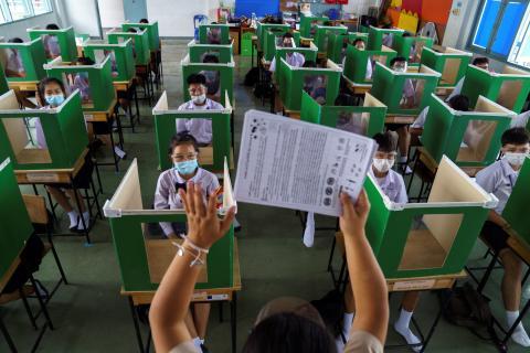 Una escuela de Tailandia reabre tras la pandemia del coronavirus con medidas de distanciamiento físico entre los alumnos