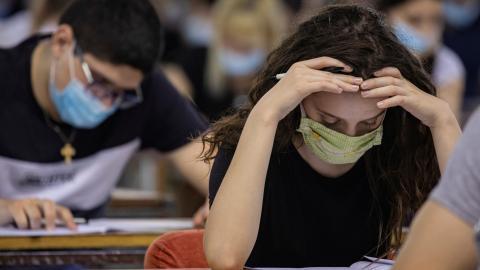 Estudiantes universitarios durante un examen en plena pandemia de coronavirus