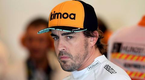 Fernando Alonso con una gorra de Kimoa.