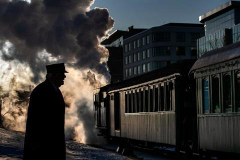 El vapor se eleva desde una locomotora cuando El Polar Express parte hacia el Polo Norte bajo la supervisión de Jerry Angier, el viernes 20 de diciembre de 2019, en Portland, Maine.