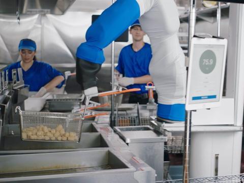 Flippy, un brazo de chef robótico hecho por Miso Robotics, se usa en estadios y restaurantes exclusivos.