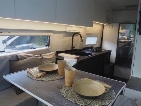 Interior de la furgoneta camperizada.