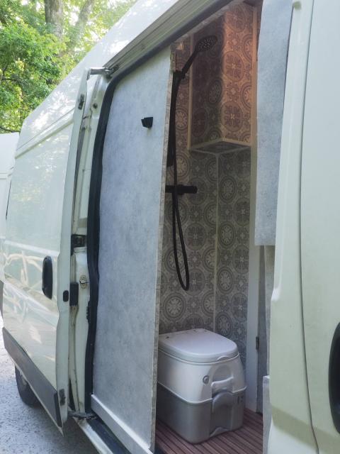 Baño de la furgoneta camperizada.