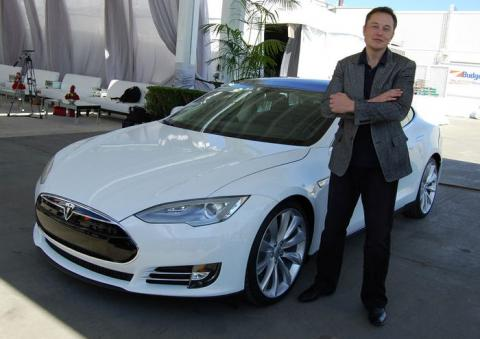 Elon Musk junto a un Tesla Model S.