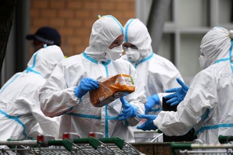 Un grupo de sanitarios vestidos con trajes de protección durante la pandemia del coronavirus