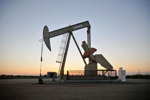 Una bomba de varilla en un pozo petrolífero arrendado por Devon Energy cerca de Guthrie, Oklahoma.