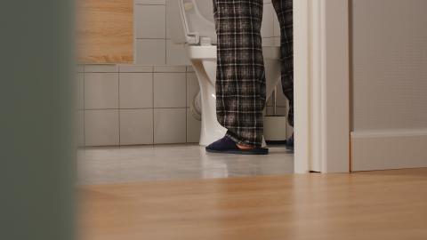 Hombre en el baño.