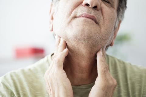 Hombre con dolor de garganta.