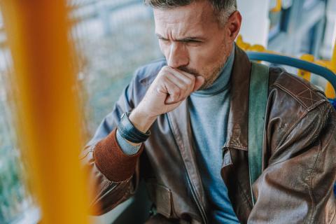 Hombre tosiendo.